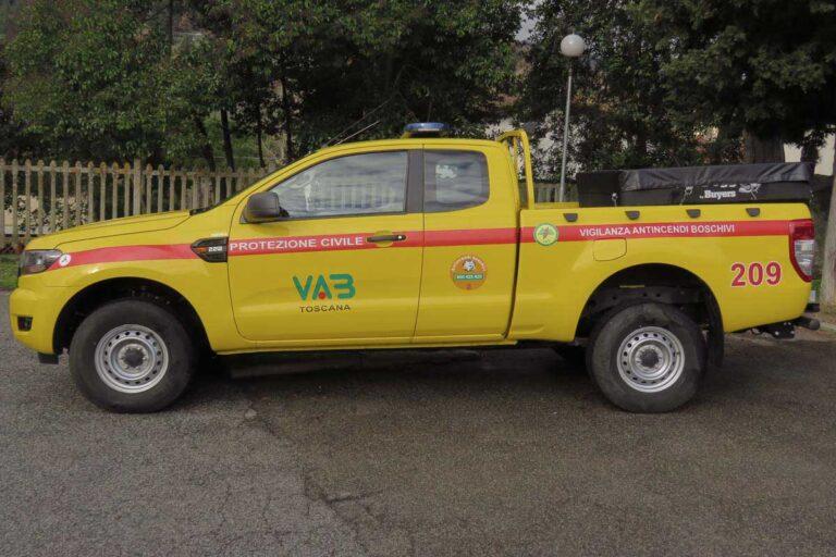 Vista laterale di automezzi pickup Ford giallo per Protezione Civile e antincendio boschivo