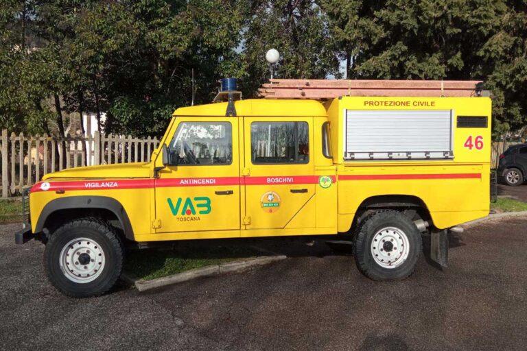 Vista laterale di automezzi pickup Land Rover giallo Protezione Civile
