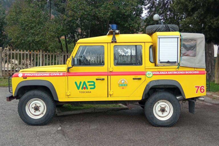 Vista laterale di automezzi pickup Land Rover giallo Protezione Civile e antincendio boschivo