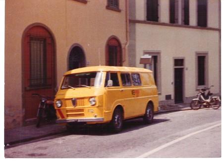 Vecchia foto di pulmino giallo parcheggiato accanto ad una casa