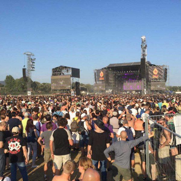 Vista di persona ad un concerto con parco sullo sfondo