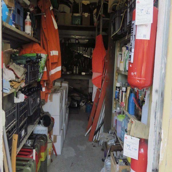 magazzino con scaffalature laterali