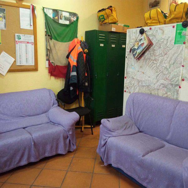 Vista di due divani con copridivano viola