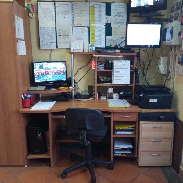 Vista di scrivania con monitor e stampante
