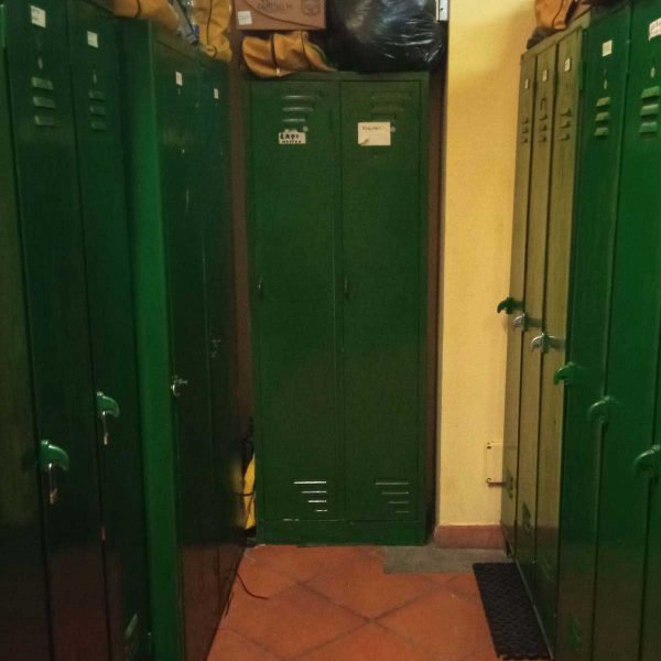 Vista di stanza con due file di armadietti verdi laterali
